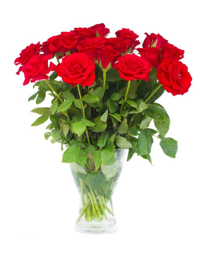 Bukett av scharlakansröda rosor i vas royaltyfria bilder
