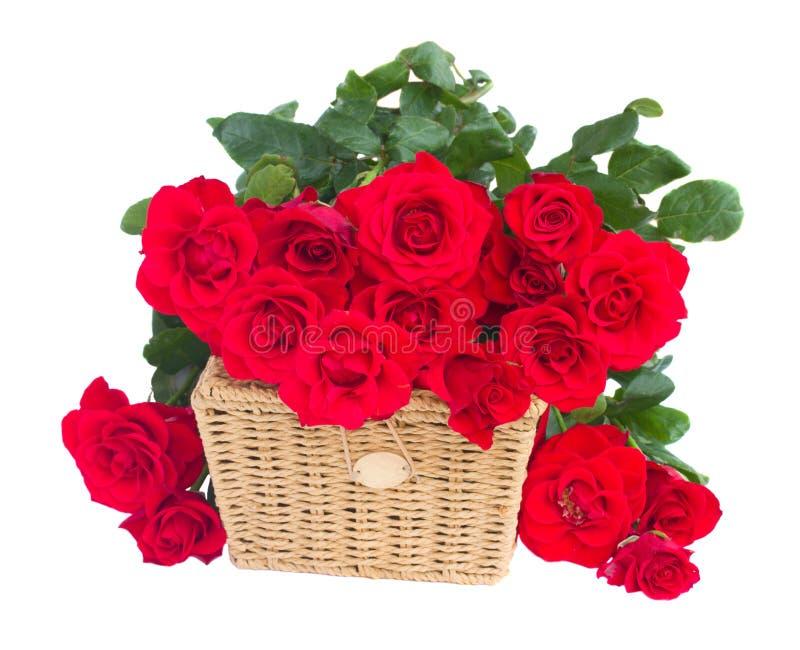 Bukett av scharlakansröda rosor med korgen royaltyfri fotografi