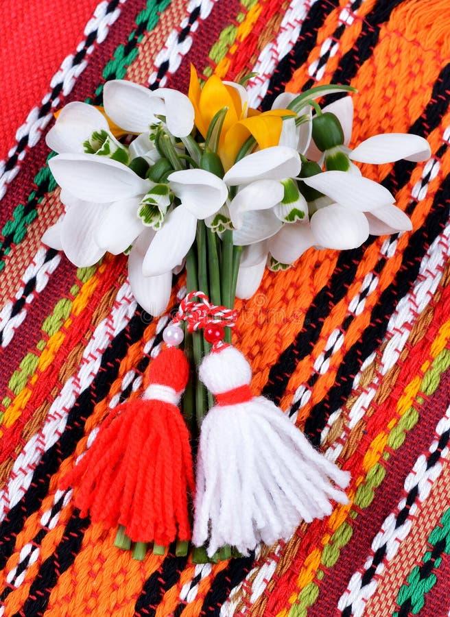 Bukett av snödroppar och röd och vit traditionell bulgarian för krokus, royaltyfria foton