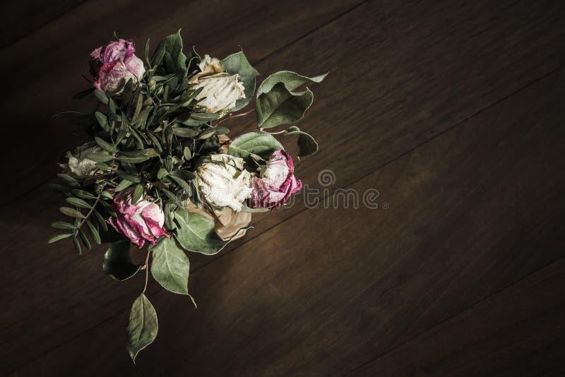 Bukett av torkade röda och vita rosor royaltyfria foton