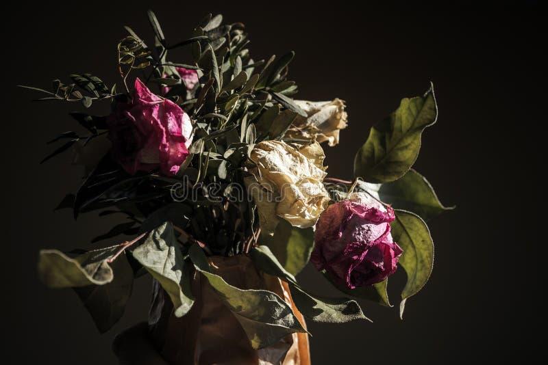 Bukett av torkade röda och vita rosor, closeup arkivfoton
