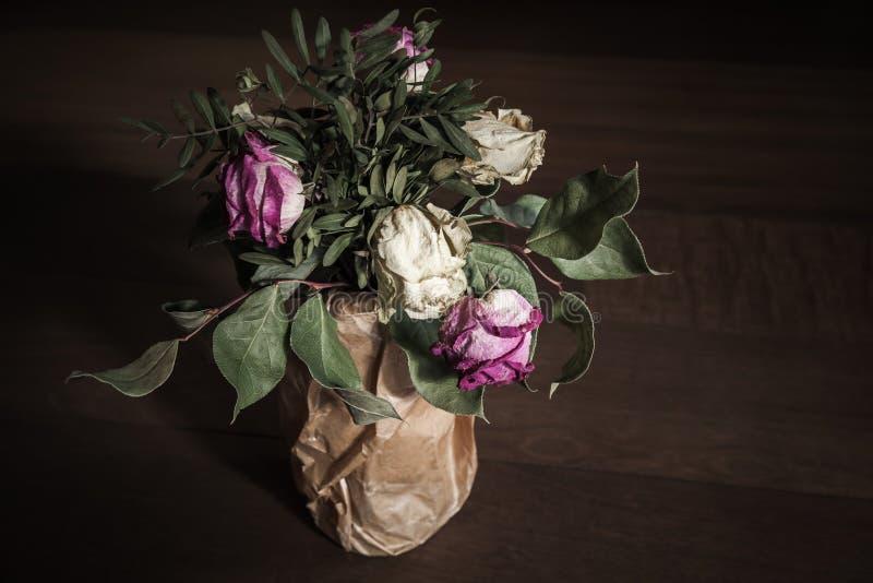 Bukett av torkade röda och vita rosor, slut upp royaltyfri fotografi