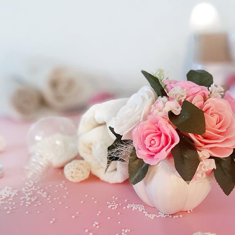 Bukett av tvålrosor, brunnsortprodukter på rosa yttersida royaltyfri bild