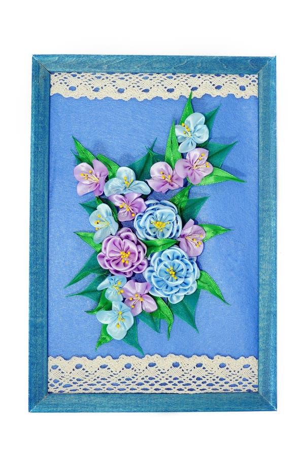 Bukett av violetta blommor på en blå bakgrund royaltyfri foto