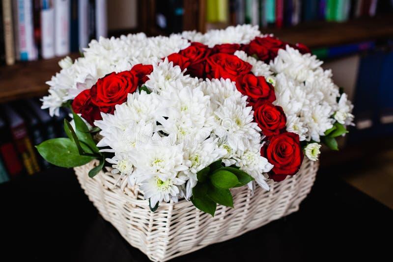 Bukett av vita krysantemum och röda rosor royaltyfria foton