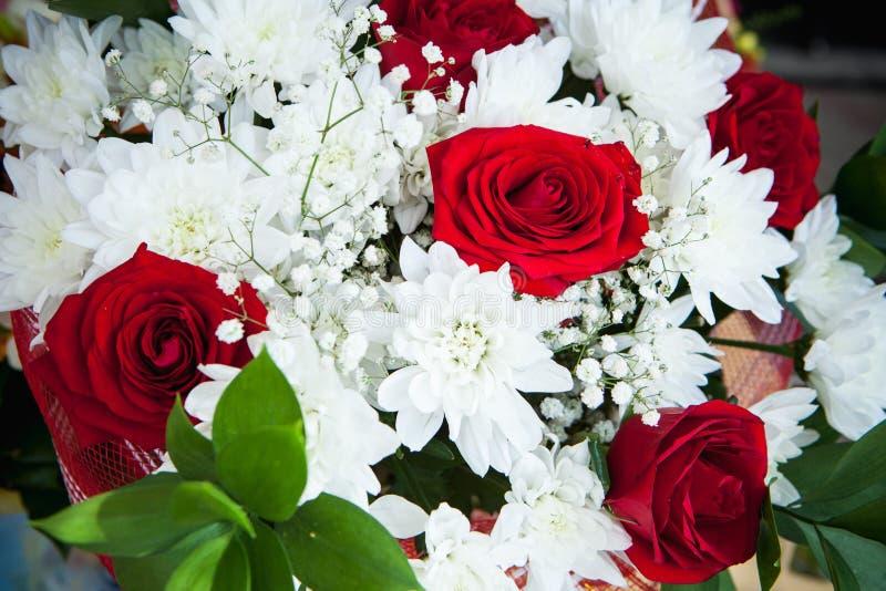 Bukett av vita krysantemum och röda rosor fotografering för bildbyråer