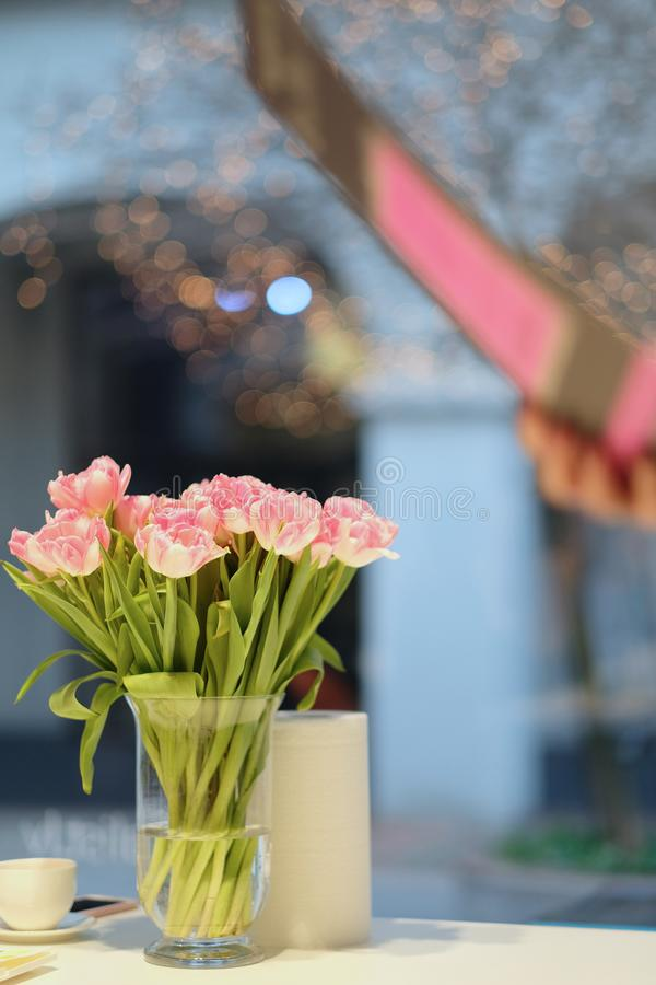 Bukett av vita och rosa frottétulpan i en vas royaltyfri foto