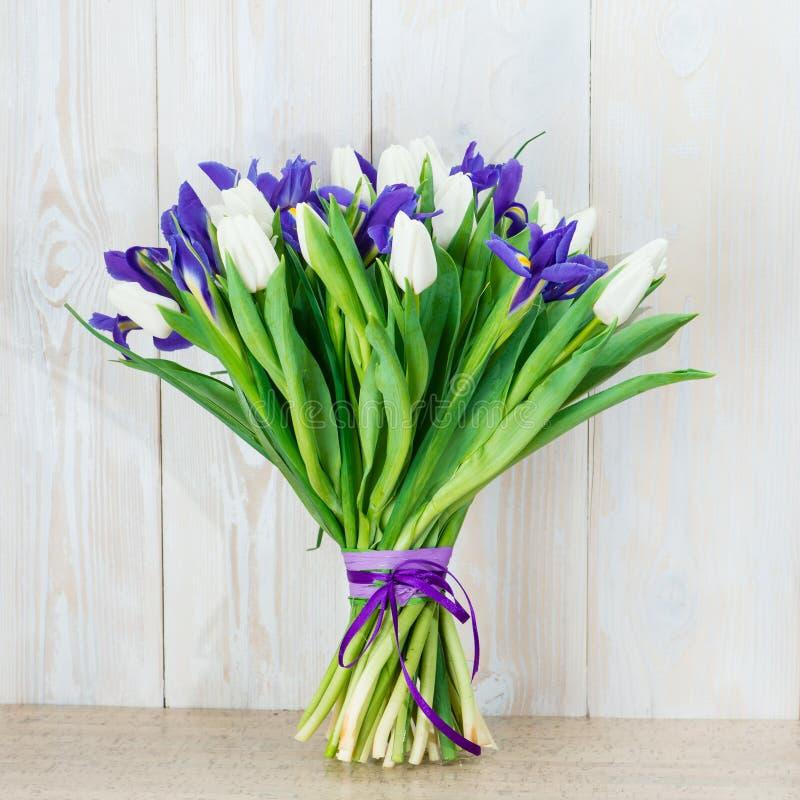 Bukett av vita tulpan och blåa iriers royaltyfria foton
