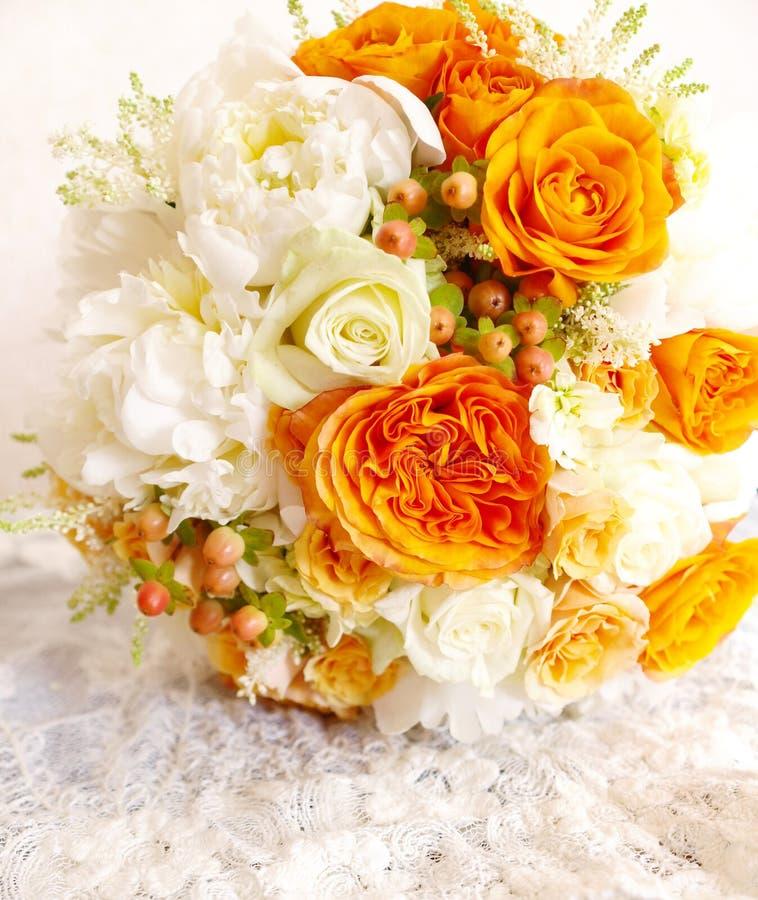 Bukett för bröllop för orange elfenben för tappning vit arkivbilder