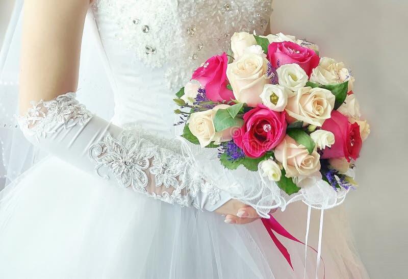 Bukett för bröllopbrudklänning av vita rosor som är röda och arkivfoto
