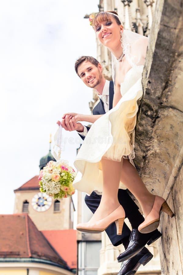 Bukett för gift parinnehavblomma royaltyfria foton