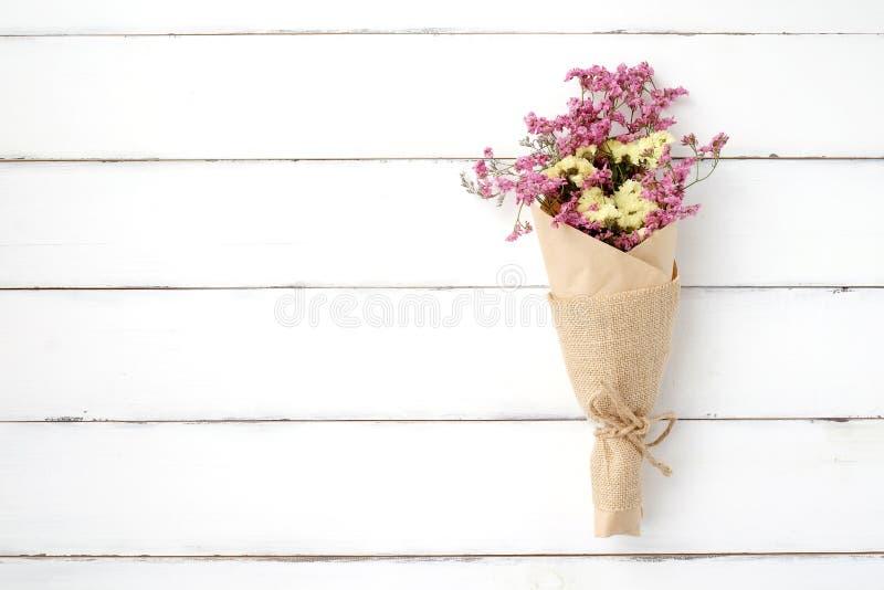 Bukett för lös blomma på vit wood bakgrund för tappning arkivfoton