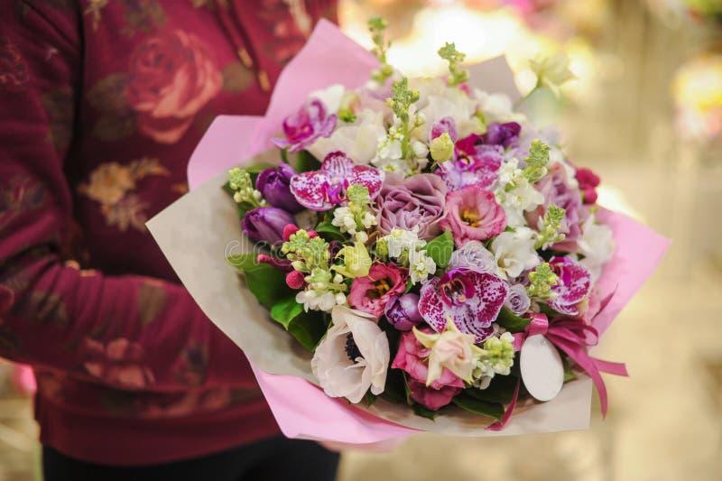Bukett för pastellfärgade färger som göras av orkidér, freesia-, nejlika- och Limoniumblommor royaltyfria foton