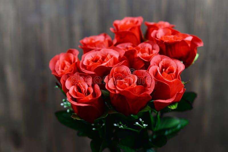 Bukett för röda rosor för bröllopet på festmåltiden av helgonvalentins dag arkivfoton