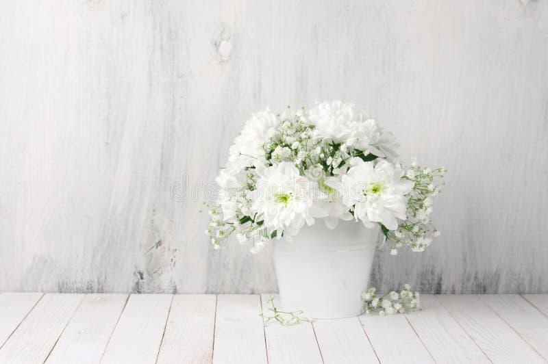 Bukett för vita blommor i hink arkivfoton