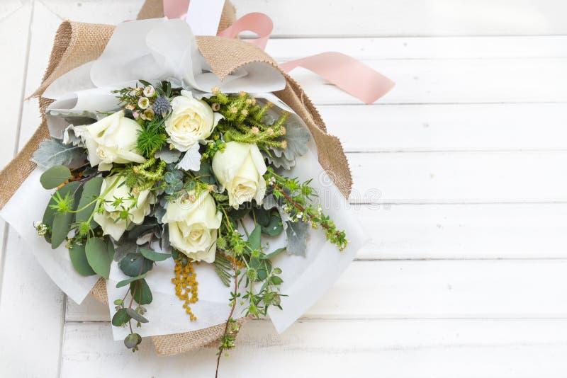 Bukett för vita rosor på vit bakgrund royaltyfria bilder