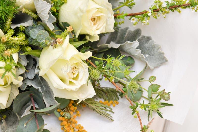 Bukett för vita rosor på vit bakgrund royaltyfri foto
