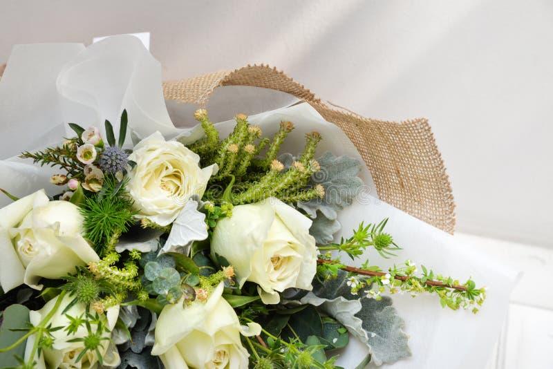 Bukett för vita rosor på vit bakgrund arkivfoton