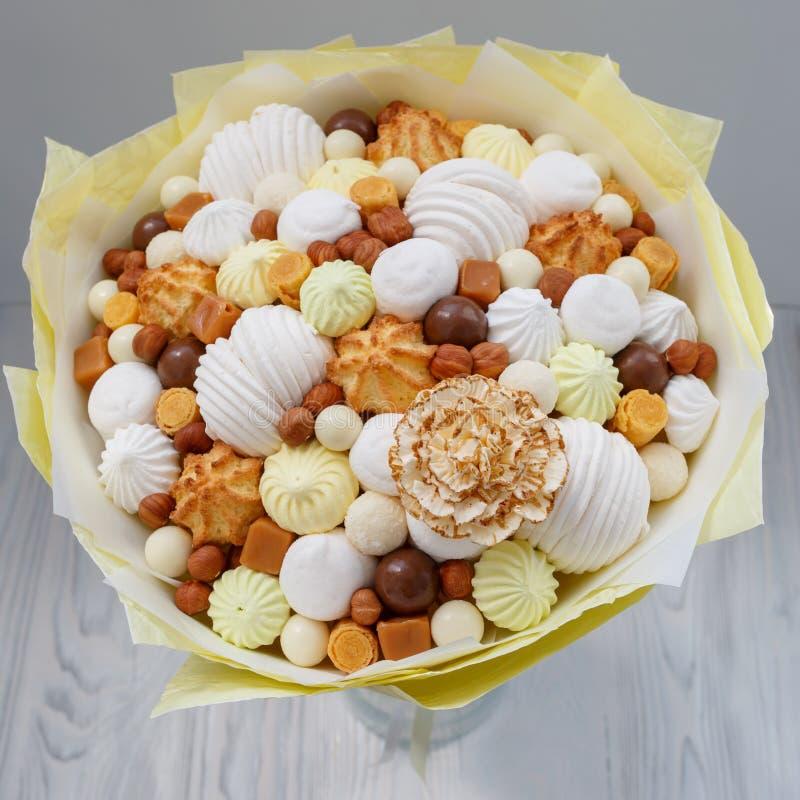 Bukett från olika konfektprodukter som ett symbol av skräp och sjuklig mat royaltyfri bild