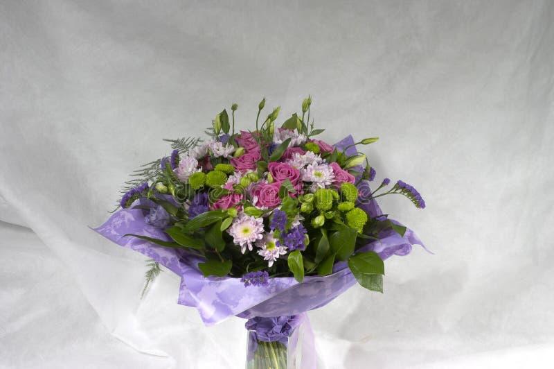 Bukett från ro och chrysanthemums arkivfoton