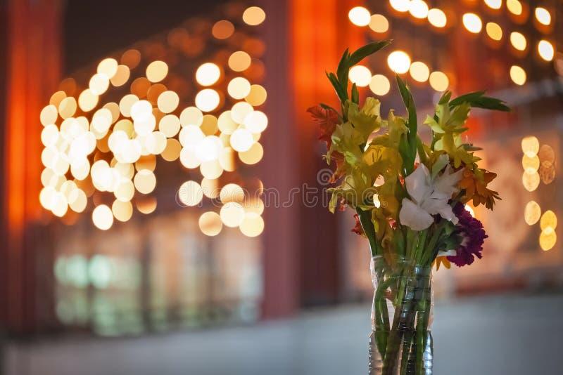 Bukett med blommor i vasen som i all hast göras av en plast- bottl arkivfoton