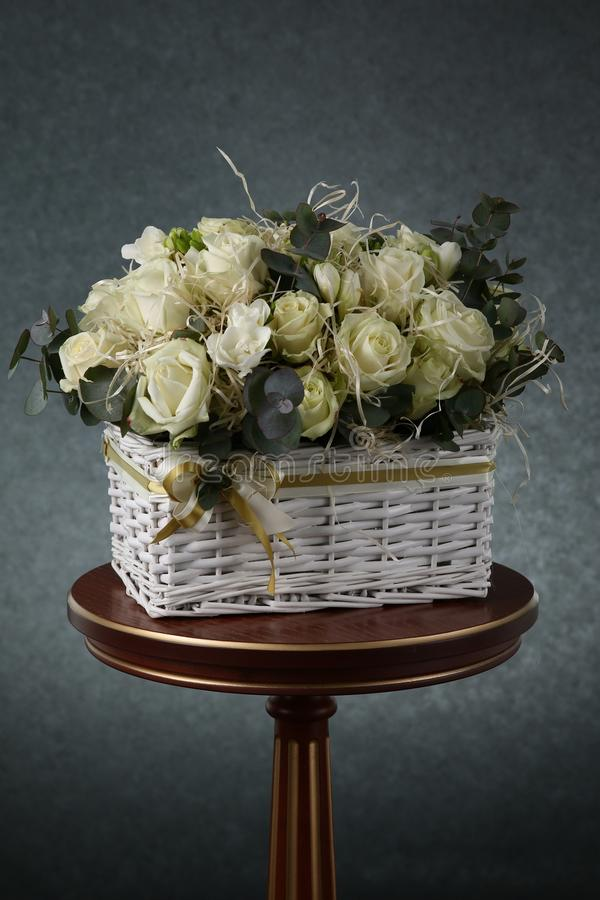 Bukett med vita rosor och dekorativt sugrör arkivbild