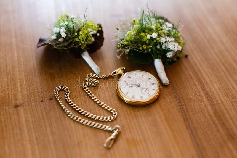 Bukett två av blommor med en tappningrova som ligger på arkivfoton