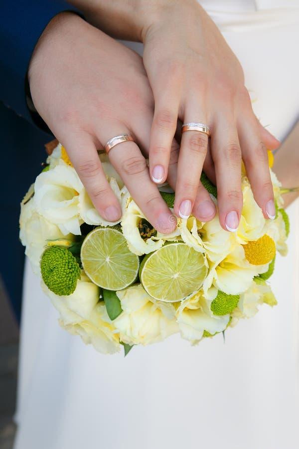 bukettbrudbrudgummen hands bröllop arkivfoto