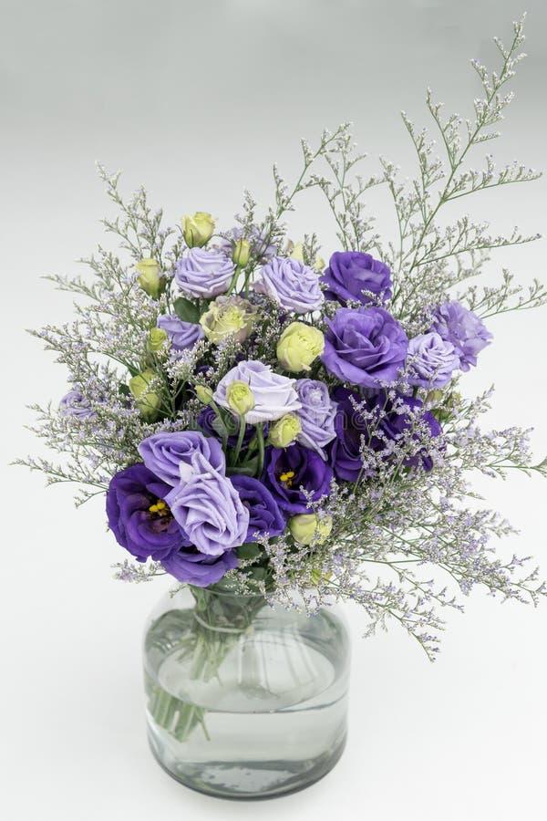 buketten av blomman på den klara glass vasen på vit isolerade bakgrund royaltyfri fotografi