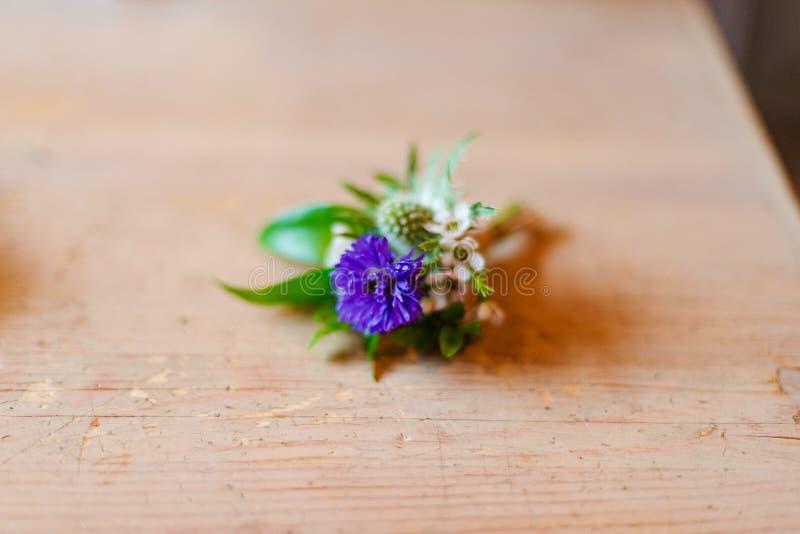 Buketten av blommor från anemon steg pingstliljan för eukalyptuns för Ranunculusmattiolatulpan för ett bröllop eller en ferie royaltyfri foto