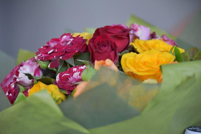Buketten av rött, gult och rosa färger blommar arkivbilder
