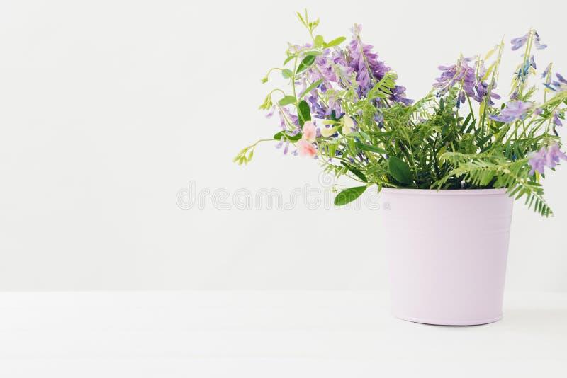 Buketten av rosa färger blommar i vas på den vita tabellen Tomt avstånd för text arkivbild