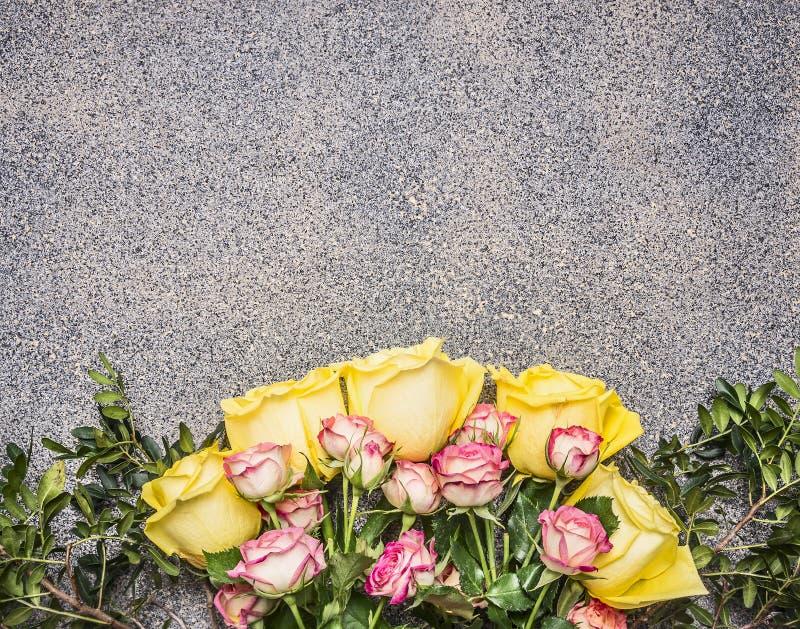 Buketten av rosor för guling- och rosa färgvårbusken gränsar, förlägger för slut för bästa sikt för textträlantligt bakgrund upp arkivbild