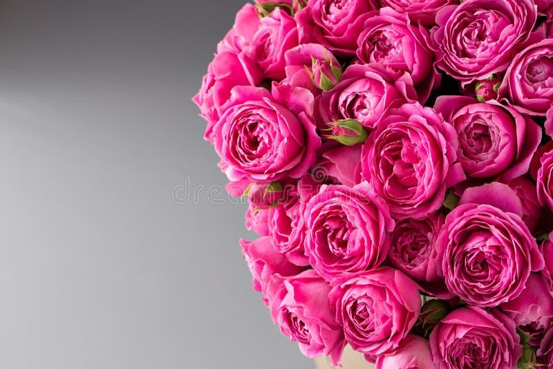 Buketten av rosor och andra färger blommar på grå bakgrund, kopieringsutrymme closeupen kan användas som en bakgrund eller ett ko arkivfoto
