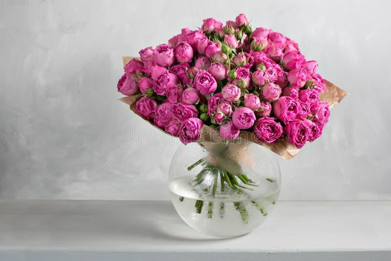 Buketten av rosor och andra färger blommar på grå bakgrund, kopieringsutrymme closeupen kan användas som en bakgrund eller ett ko fotografering för bildbyråer