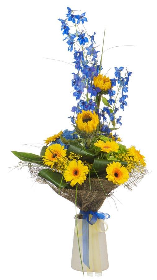 Buketten av solrosor och gerberaen blommar i vasen som isoleras på vit bakgrund. royaltyfria foton