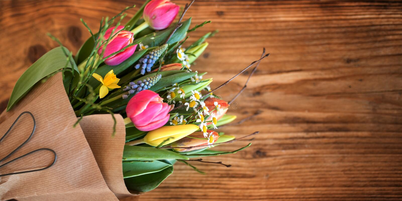 Buketten av våren blommar på lantligt trä arkivbild