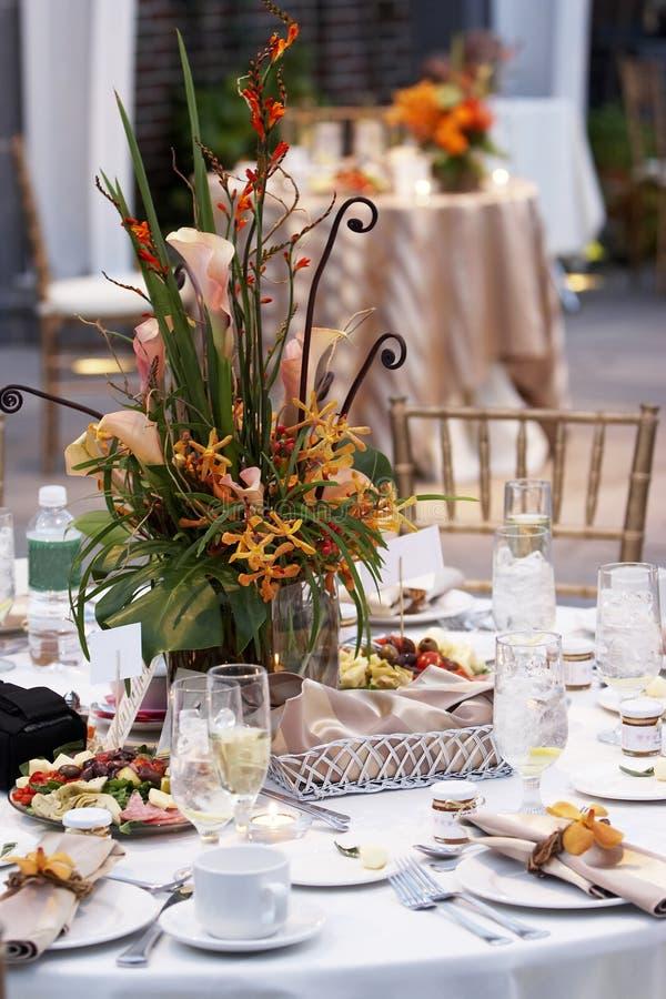 buketten blommar tabellbröllop royaltyfri bild