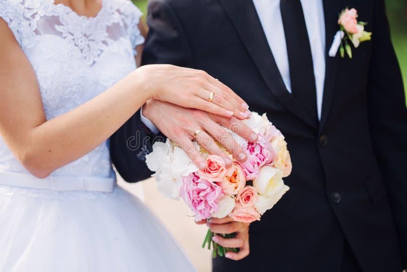 buketten hands att gifta sig för cirklar royaltyfri fotografi