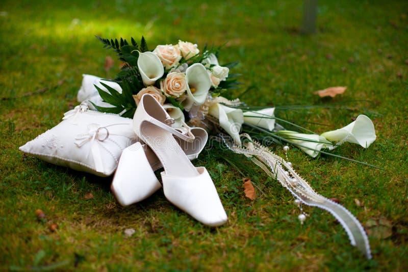 buketten ringer att gifta sig för skor arkivbild