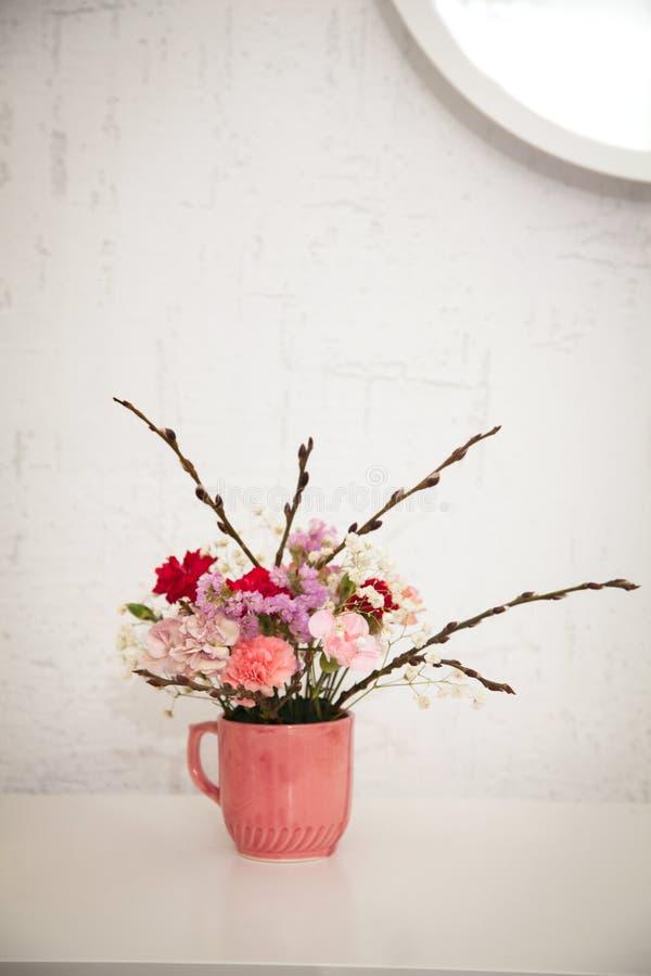 Buketter av blommaordningar arkivfoton