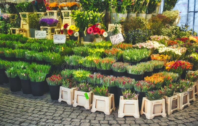 Buketter av blommor på ett frilufts- stånd royaltyfri foto