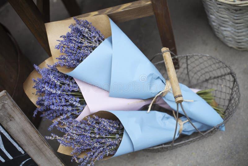 Buketter av lavendel blommar i en tappningkorg royaltyfri bild
