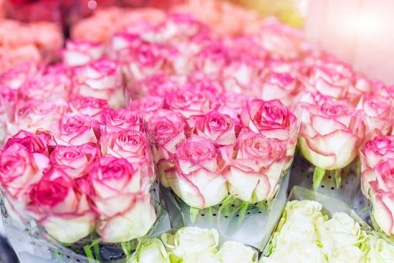Buketter av multiclored rosor ny bakgrundsblomma Blomsterhandlareservice Blomsterhandel för grossist för bröllopgåva Blommalagrin fotografering för bildbyråer