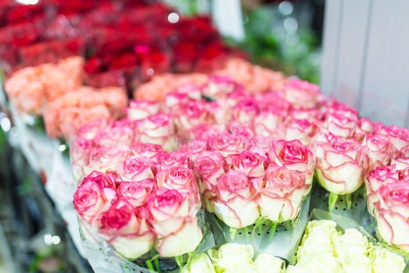 Buketter av multiclored rosor ny bakgrundsblomma Blomsterhandlareservice Blomsterhandel för grossist för bröllopgåva Blommalagrin royaltyfria foton