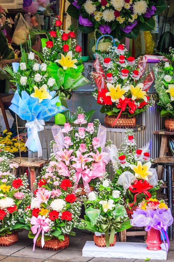 Buketter av till salu blommor royaltyfria foton
