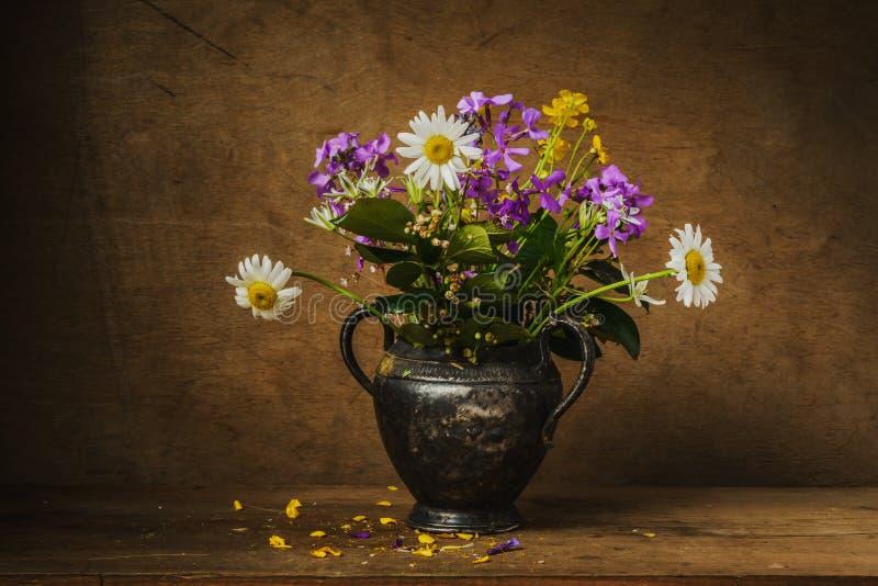 Bukettstilleben för lösa blommor royaltyfri fotografi
