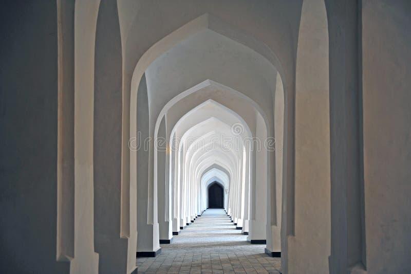 Bukhara: biały korytarz madrassah obraz royalty free