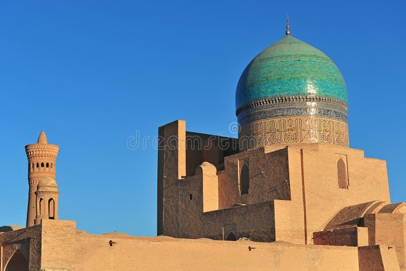 Bukhara: Kalyan minaret na zmierzchu i meczet obraz royalty free