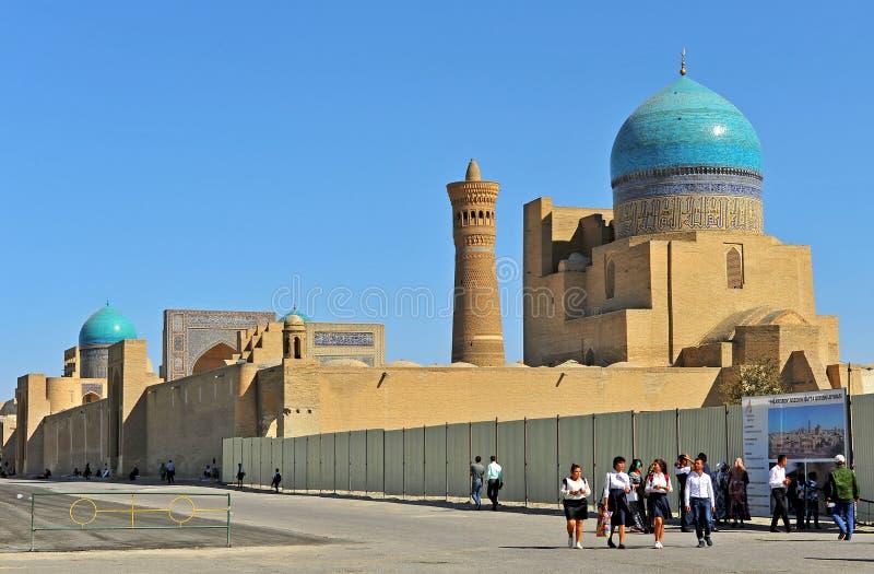 Bukhara: Mir I arabiska och Kalon moskéer arkivbilder